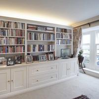 Biele obývacie steny a sedačky