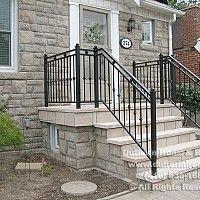 Vonkajšie schody do domu so zábradlím